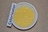 Шаг 4. Половинку апельсина очистить от кожуры и нарезать на дольки, взбить бленд