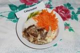 Шаг 4. Морковь натереть на крупной терке, лук мелко нарезать, соединить с измель