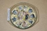 Шаг 9. Выложить рыбу, обволакивая каждый кусочек в соусе. Между кусками рыбы пос
