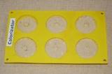 Шаг 7. Разлить тесто по силиконовым формочкам. Выпекать в духовке около 40 минут