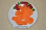 Шаг 1. Морковь очистить и нарезать тонкими кружочками.