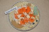 Шаг 5. Лук, морковь и грибы смешать в тарелке и заправить соевым соусом.