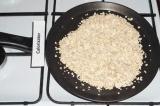 Шаг 3. На сухой сковороде обжарить овсяные хлопья.