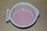 Шаг 1. Йогурт вылить в подходящую посуду. Добавить фруктозу.