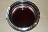 Шаг 2. В вишневом соке растворить желатин, нагрев его на огне до полного раствор