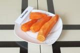 Шаг 1. Очистить морковь от кожуры.