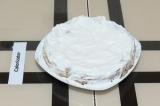 Шаг 8. Пирог смазать творожным кремом и отправить в холодильник на пару часов дл