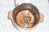 Шаг 4. Переложить фасоль и грибы в мультиварку, залить водой. Варить 60 минут.