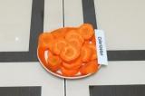 Шаг 2. Нарезать морковь.