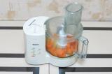 Шаг 4. Смешать яйца с морковкой.