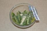 Шаг 1. Стручковую фасоль высыпать в тарелку, добавить кунжутные семена.