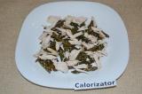 Шаг 4. Готовую фасоль выложить на тарелку, куриное мясо порвать на волокна.