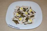 Шаг 5. Перепелиные яйца отварить и разрезать на половинки. Сбрызнуть салат лимон