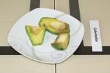 Шаг 2. Авокадо очистить от шкурки.