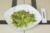 Шаг 3. Размять авокадо вилкой.