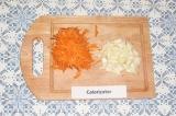 Шаг 1. Натереть на крупной терке морковь, нарезать лук.