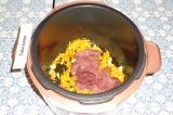 Шаг 4. Добавить к луку с морковью печень, выставить режим тушение на 30 минут.