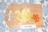 Шаг 3. Нарезать картофель и морковь.