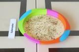 Шаг 4. Выложить тесто в форму и посыпать приправой.