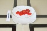 Шаг 7. Нарезать 50 грамм помидора дольками.