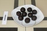 Шаг 4. Сформировать конфетки и поставить в морозильную камеру на 10 минут.