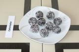Шаг 5. Обвалять конфетки в кокосовой стружке.