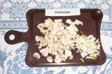 Шаг 3. Нарезать грибы и лук.