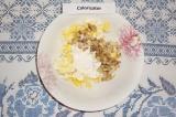 Шаг 5. Соединить нарезанные яйца с грибами и луком, добавить 1 ст. л. сметаны.
