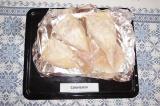 Шаг 7. Начинить подготовленные тушки кальмаров грибами с яйцами на 2/3. Смазать