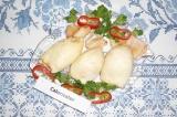 Готовое блюдо: кальмар, фаршированный яйцом и грибами