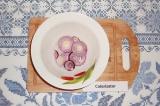 Шаг 6. Лук красный нарезать кольцами, замариновать в уксусе, масле и соке лимона