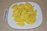 Шаг 4. Картофель очистить и нарезать длинными полосками.