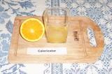 Шаг 2. Из половины апельсина выжать сок, вторую половину порезать ломтиками.