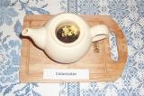 Шаг 3. В заварник сложить чай, имбирь и гвоздику, залить 200 гр. горячей кипячен