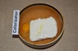 Шаг 1. В миску высыпать творог, добавить яйцо.