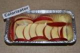 Шаг 5. Яблоко нарезать тонкими дольками. Выложить его по поверхности посуды для