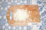 Шаг 4. Яйца очистить, отделить белки, натереть на крупной терке.