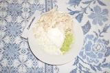 Шаг 6. Соединить все ингредиенты, заправить йогуртом. Украсить тонкой полоской