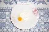 Шаг 2. К творогу добавить яйцо, размешать.