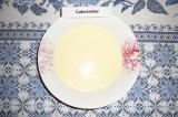 Шаг 4. К творогу и яйцу влить молоко с крахмалом, добавить соль и разрыхлитель