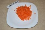 Шаг 2. Морковь натереть на терке.