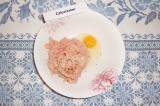 Шаг 3. К фаршу добавить яйцо, соли и специи. Все хорошо перемешать.