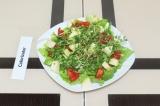 Шаг 5. Выложить на тарелку нарезанные фрукты и овощи.