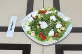 Шаг 6. Положить на салат ложкой творог и украсить черным кунжутом.