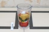 Шаг 10. Соединить помидор, лук, перец, укроп, пищевые дрожжи, соль и перец бленд