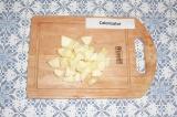 Шаг 3. Яблоко очистить и нарезать на кусочки.