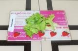 Шаг 4. Порвать листья салата.