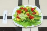 Шаг 5. Уложить все овощи слоями на тарелку.