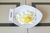 Шаг 1. Перетереть творог с яйцом.