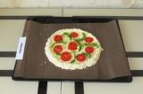 Шаг 8. Распределить начинку на пицце.
